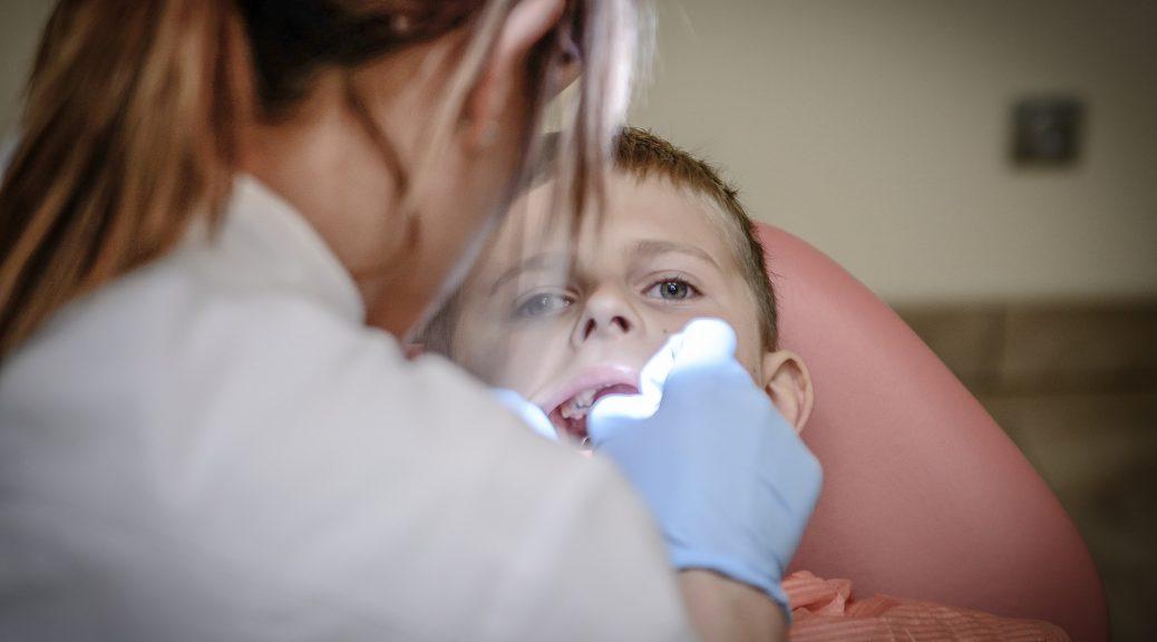 tandarts met kinderen peuters en kleuters angst voorbereiden