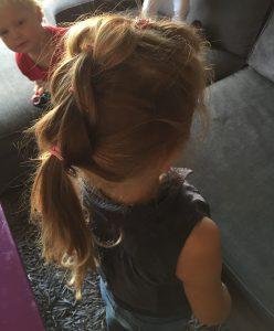 haren haar kind meisje dochter knippen kammen kapper vlechten staart invlechten speldjes kapsel