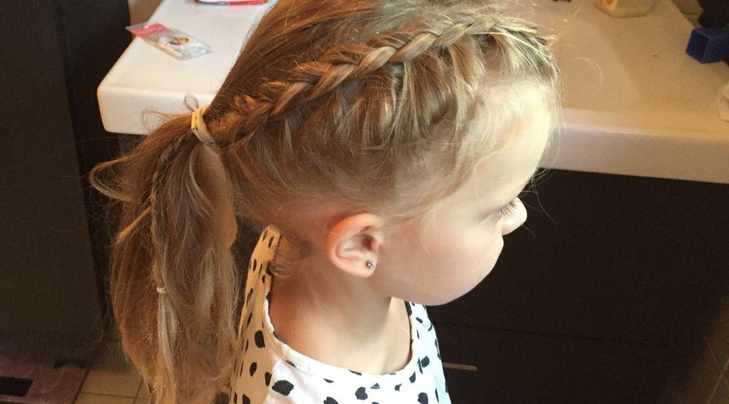 haren doen van je dochter meisje haar vlechten staart invlechten speldjes elastiekjes klitten kapper knippen