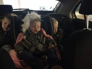 kerstboom kopen met gezin kinderen slapen auto traditie