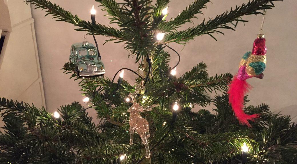 kerstmis, kerstboom kerstbal kiezen traditie ritueel gezin kinderen