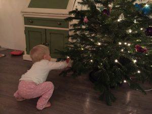 kerstballen uit de boom trekken dreumes peuter kind kerstboom kerstmis