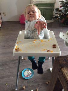 kliederen met eten spelen met eten kinderstoel dreumes