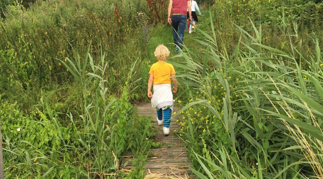 wandelen avondwandeling kinderen gezin lopen energie kwijt rennen samen vakantie ontspannen