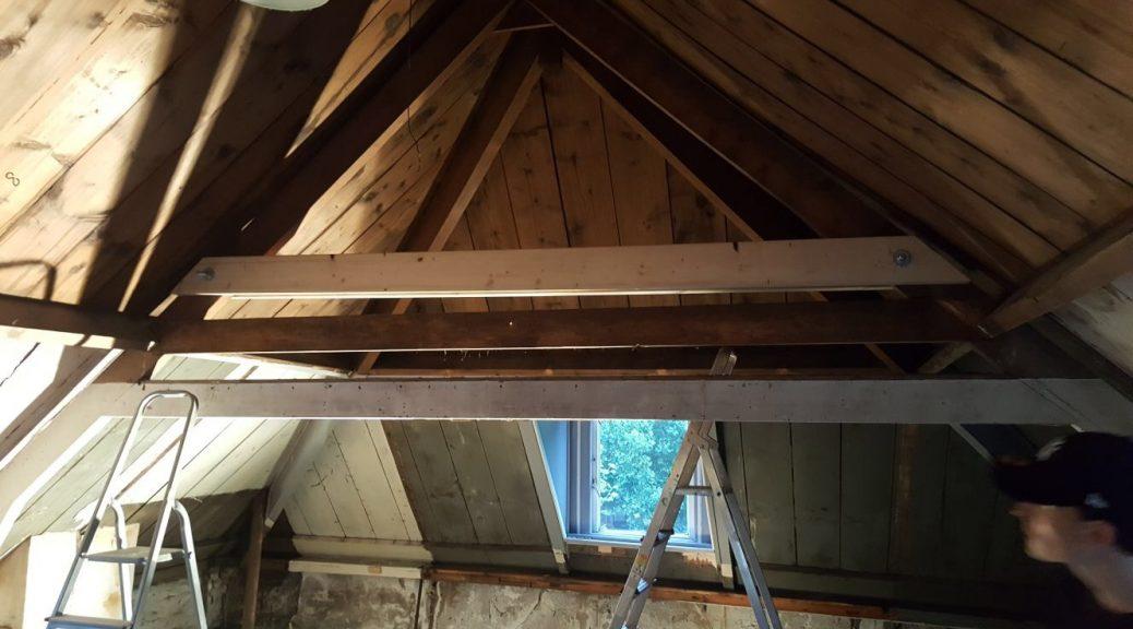verbouwing verbouwen klussen dakbalken plafond slopen puin afvoeren zelf doen houten platen muren doorbreken wegslopen afbreken weghalen aannemer