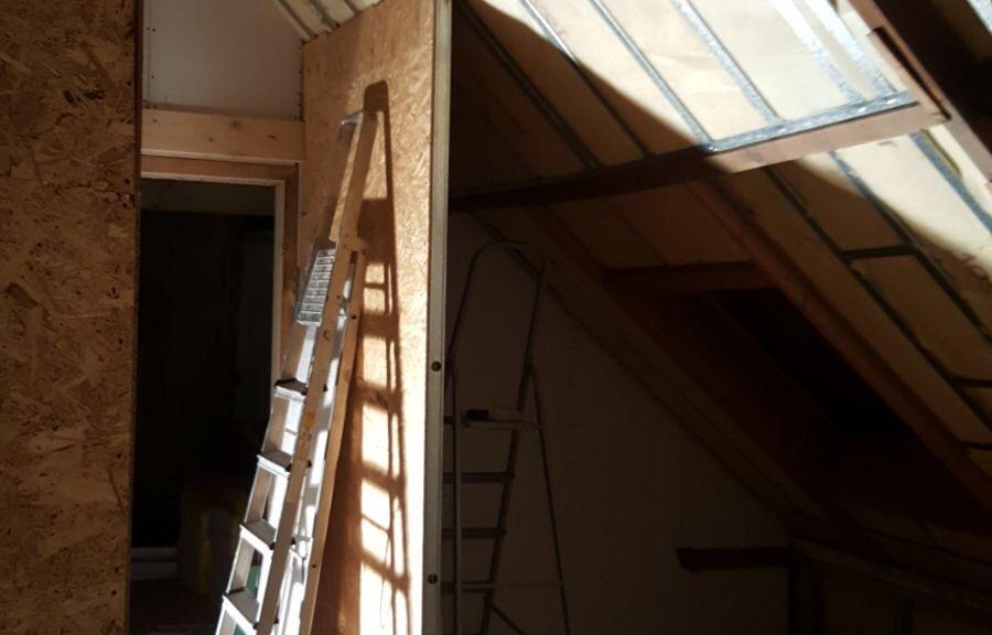 verbouwing verbouwen klussen metal studs muren wanden gipsplaten isoleren isolatie klimaatfolie badkamer steun hulp vrienden gezin praktijk aan huis
