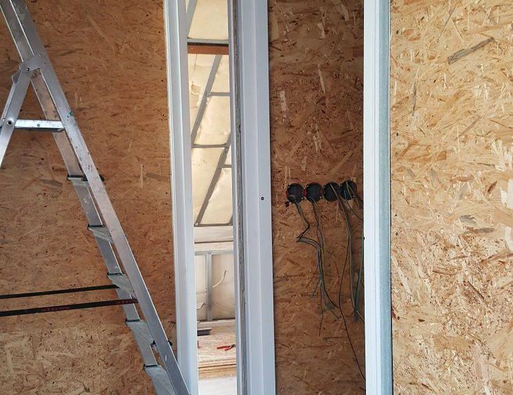 muren wanden wandafwerking houten platen deurposten klussen verbouwen verbouwing huis elektra gipsplaten klimaatfolie metal studs